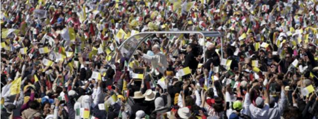 Papamobil in den Menschenmassen von Ecatepec, einem Vorort von Mexiko-Stadt
