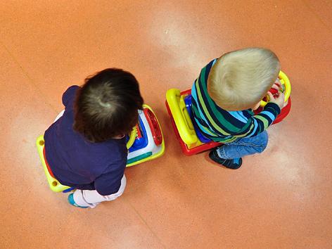 Zwei Kinder in einer Kindergartengruppe