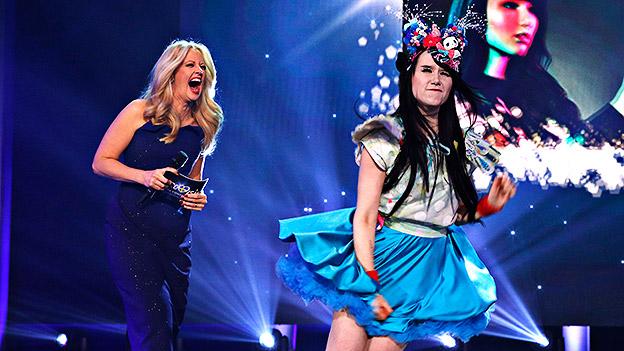Deutschlands Song-Contest-Starterin Jamie-Lee Kriewitz  und Barbara Schöneberger