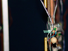Ein selbstgebastelter Halbleiter mit Kabeln