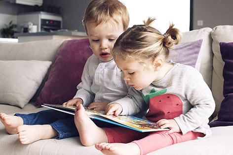 Zwei junge Kinder beim Lesen