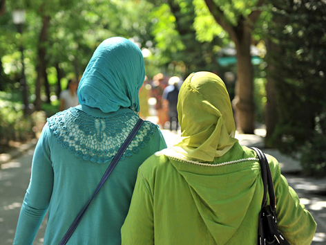 Zwei junge Musliminnen von hinten im Grünen
