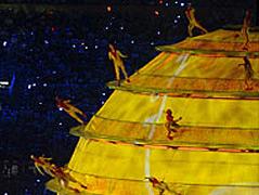 Gelbe Männchen tummeln sich auf dem Modell einer Sonne