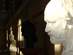 Eine Galerie mit Büsten von Männern in einer Arkade