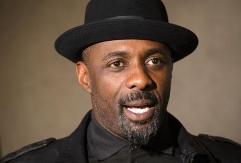 Idris Elba lacht