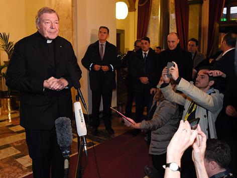 Kardinal George Pell mit Journalisten