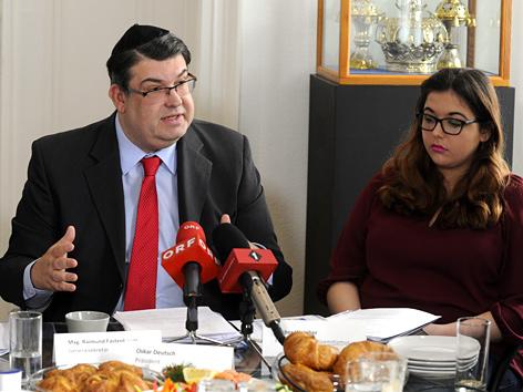 """Präsident Oskar Deutsch und Amber Weinber (Forum gegen Antisemitismus) während der Pressekonferenz zum Thema """"Antisemitismusbericht 2015"""""""