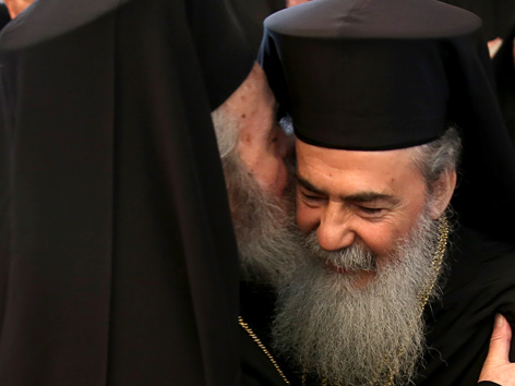 Der griechichisch-orthodoxe Patriarch von Jerusalem,Theophilos III (r.) wird vom abgelösten Patriarchen von Jerusalem, Irenaios (l.) begrüßt