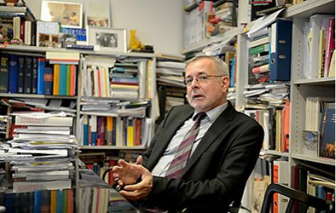 Oliver Rathkolb vor einem Bücherregal
