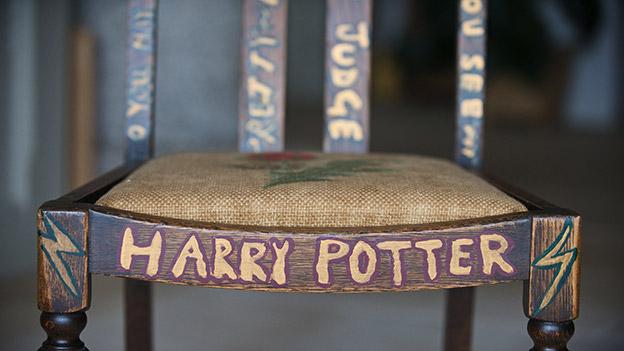 """Brauner Stuhl, mit Schriftzug """"Harry Potter"""""""