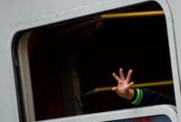 Eine Hand winkt aus einem Zugfenster