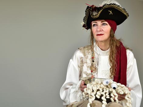 Karen Martyn von der Kirche des fliegenden Spaghetti-Monsters in ihrem Piratenkostüm für die Trauung