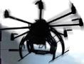 Eine Drohne fliegt vor dem Hintergrund eines Fadenkreuzes