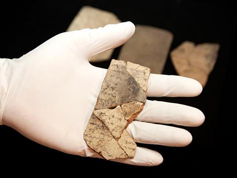 Beschriftete Tonscherben aus einem Fund in Arad, Israel