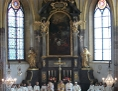 Apsis während eines Gottesdienstes, eine Menge Ministrantinnen und Ministranten mit Pfarrer und Diakon