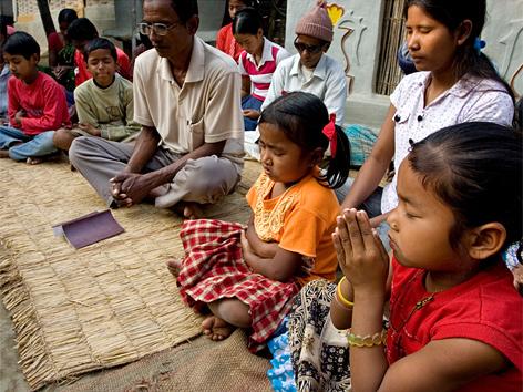Bahai in Nepal bei einer Andacht