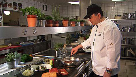 Rudolf Löckher, Küchenchef des K&K Restaurants am Waagplatz, in der Küche