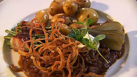 Zwiebelrostbraten mit Rosmarinkartoffeln und Speckbohnen