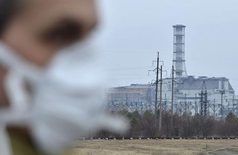 Besucher vor dem vierten Reaktorblock des Atomkraftwerkes Tschernobyl 2011