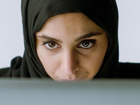 Frau vor dem PC