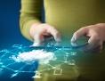 Frau mit Tabletcomputer und stilisierter Datenwolke