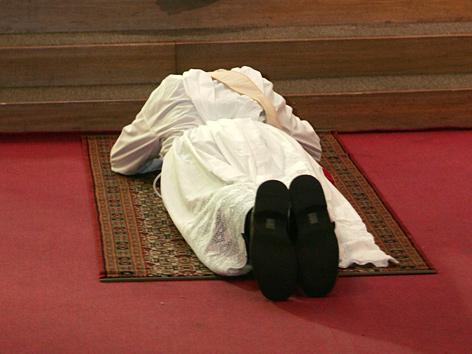 Priester bei der Weihe