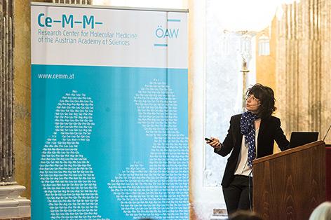 Emanuelle Charpentier bei einem Vortrag in Wien