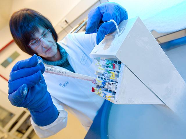 Eine medizinisch-technische Assistentin lagert Samenproben ein