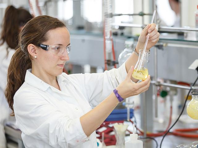 Eine Forscherin in einem Chemielabor