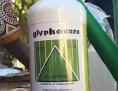 eine Flasche Glyphosat zwischen landwirtschaftlichen Arbeitern in Mosambik