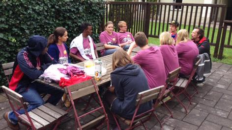 Robert Kratky am Ende eines Tisches, redet mit Jugendlichen