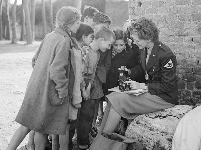 Die Fotoreporterin Toni Frissell im März 1945 mit Kindern