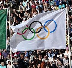 Die olympische und die brasilianische Flagge