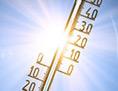 Ein Thermometer, von hinten bestrahlt von der Sonne