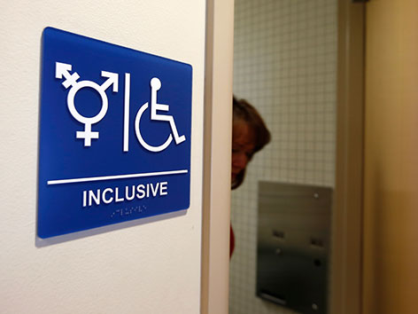 Eine Toilettentür mit einem Inklusions-Schild in Kalifornien
