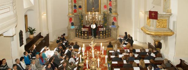 Evangelische Kirche Rust während eines Gottesdienstes von der Empore aus