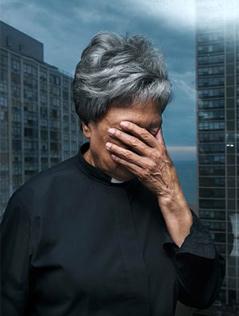 Bildsujet aus der Plakatserie des Women Priest Project: Eine als Priesterin angezogene Frau hält sich die Augen zu