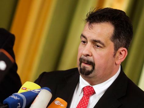 Der Präsident des Zentralrats der Muslime in Deutschland, Aiman Mazyek vor Mikrofonen