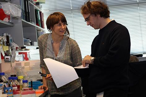 Verena Sigl und Josef Penninger im Labor
