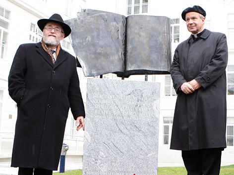 Oberrabbiner Paul Chaim Eisenberg und Kardinal Christoph Schönborn anlässlich einer Mahnmal-Enthüllung im März 2008