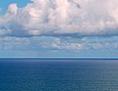 Wolken über dem blauen Meer
