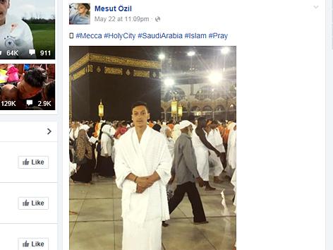 Fußballer Mesut Özil in Pilgerkleidung in Mekka, Screenshot seiner Facebook-Seite