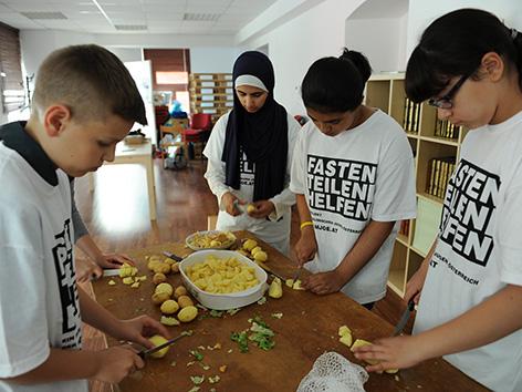 Muslimische Jugendliche kochen im Rahmen der Fasten Teilen Helfen Aktion der MJÖ
