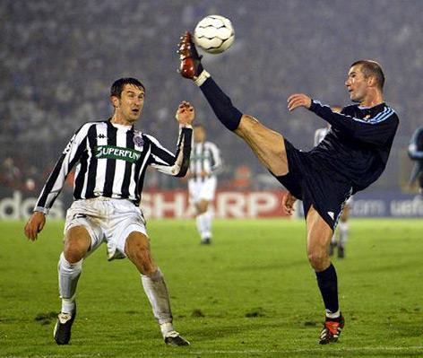 Akrobatische Zweikampfeinlage von Zinedine Zidane