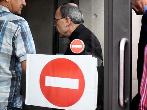 Der Bischof von Lyon, Kardinal Philippe Barbarin, wird in eine Polizeistation gebracht