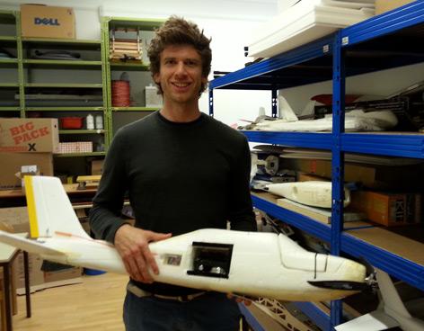 Forscher und Drohne