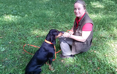 Spürhundetrainerin Ute Hoyer-Tomiczek mit Brandlbracke Sina