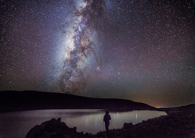 Die Milchstraße und ihr galaktisches Zentrum - im Vordergrund: Lake Waiau, Hawaii