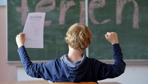 Bub in der Klasse, Zeugnis in der Hand