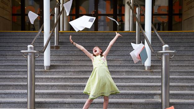 Mädchen freut sich über das Schulende
